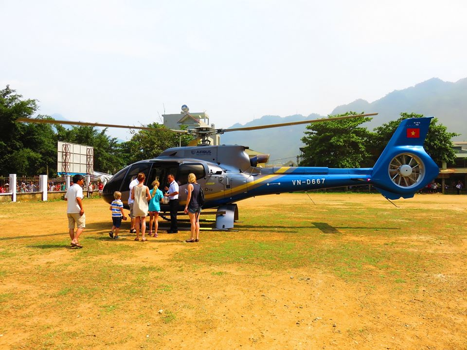 The helicopter Airbus AC130-T2 landing at Mai Chau Stadium