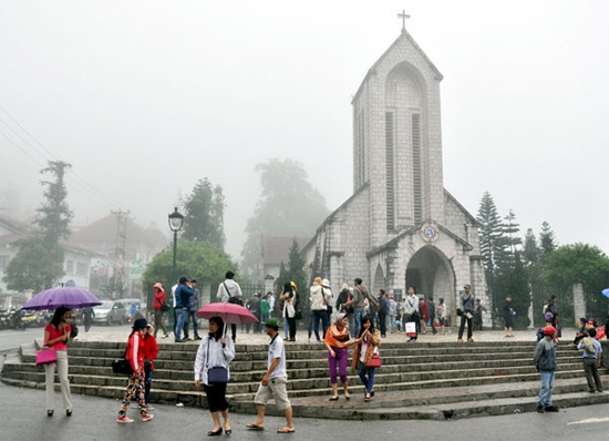 Sapa Cathedral (center point) during the week-end